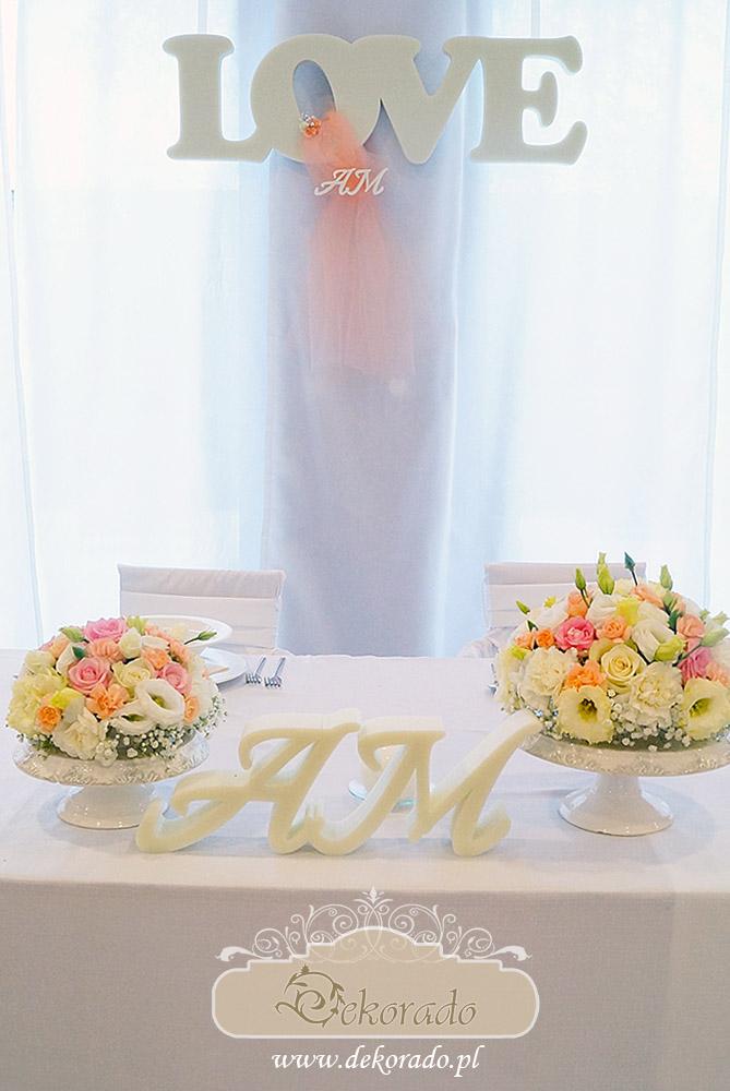 Na stołach świeże kwiaty