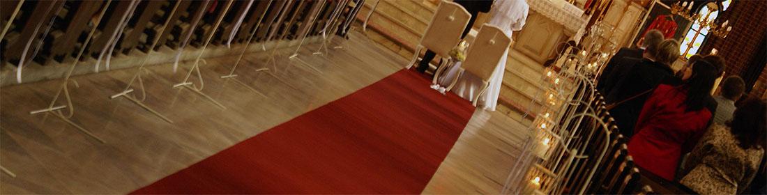 Bordowy dywan do dekoracji ślubu