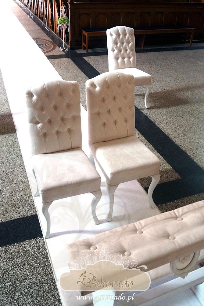 Krzesła i klęcznik - dekoracja kościoła