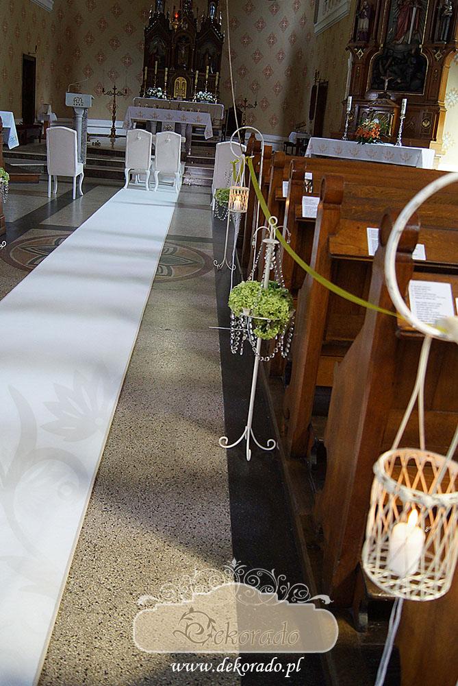 Biały dywan i krzesła ślubne